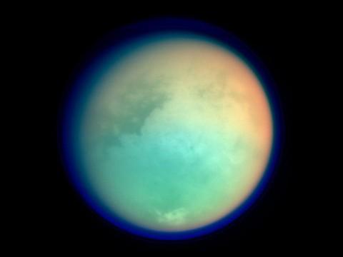 Titán luna de Saturno, fotografiada en ultravioleta e infrarrojo por el orbitador Cassini.