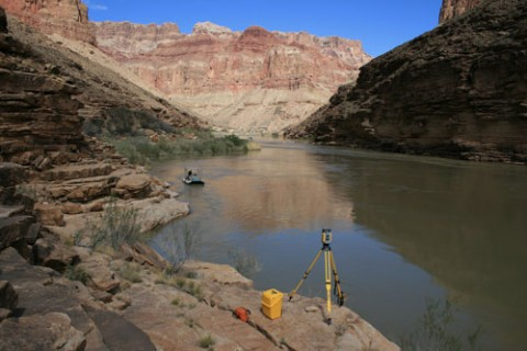 A robotic total station on a survey benchmark tracks the survey vessel to provide navigation information for high-frequency acoustic mapping of the riverbed. Credit: Joseph E. Hazel, Northern Arizona University