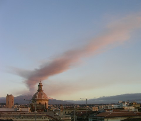 The 24 November 2006 eruption plume at Mount Etna, viewed from downtown Catania at 5:49 Greenwich Mean Time. Credit: D. Andronico