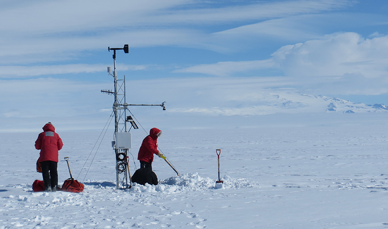 Installation of an AWS station similar to the one that recorded the highest temperature on the Antarctica's plateau
