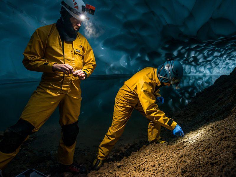 Lee Florea (izquierda) y Tabbatha Cavendish recogen muestras de suelo para el análisis microbiano en una cueva de hielo cerca de la cima del Monte Rainier. Crédito: Imagen cortesía de FX De Ruydts Foto enlazada de EOS