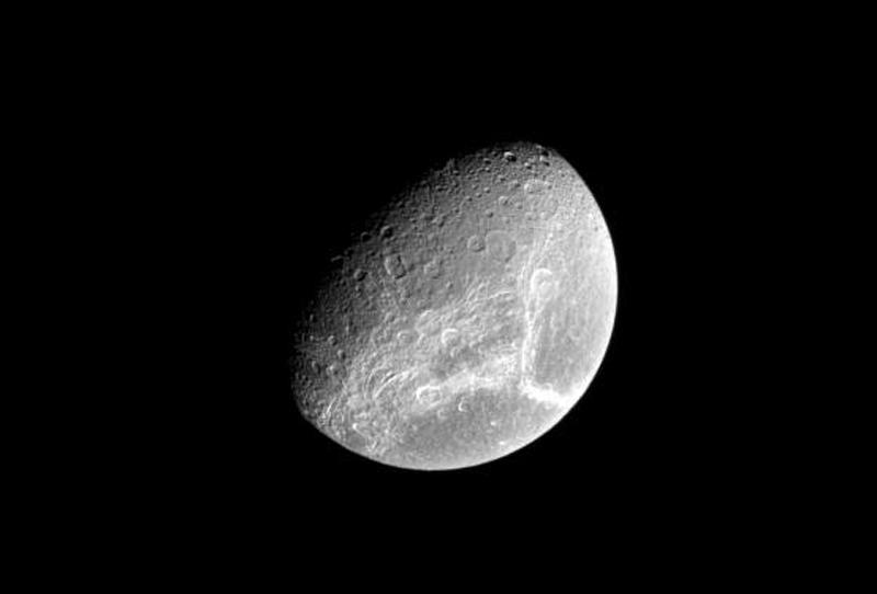 Dione's bright streaks