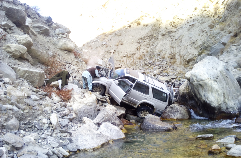 A 4Runner stuck at the bottom of a steep, rocky river canyon