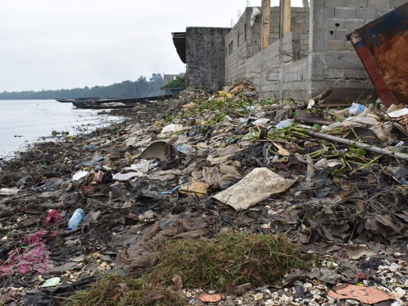 plastic-litter-doctor-creek-cameroon-800x600